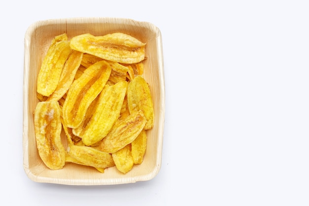 Банановые чипсы в паштете на белом фоне