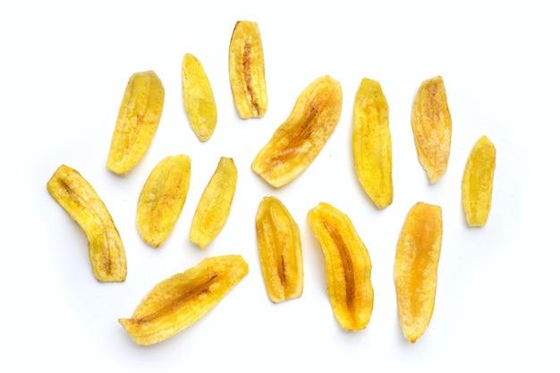 Банановые чипсы на белом фоне