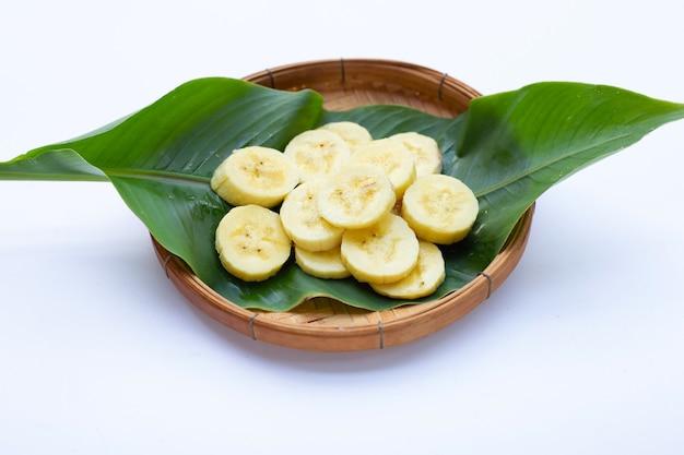 흰색 바탕에 대나무 바구니에 바나나 조각입니다.