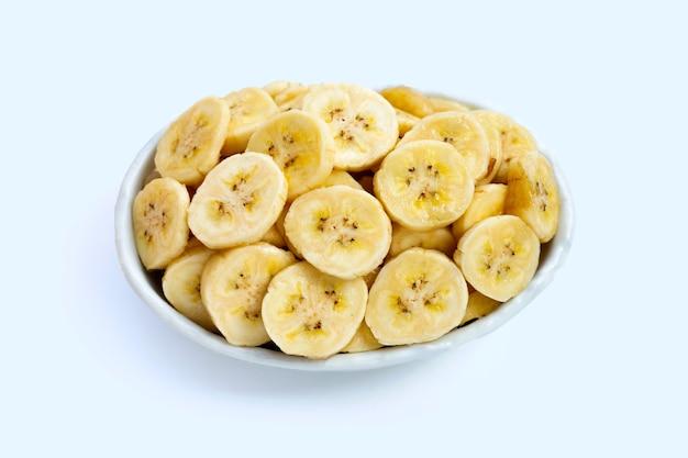 白い表面の白いボウルにバナナスライス