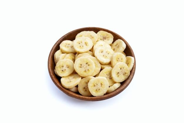 白い表面に木製のボウルにバナナ スライス。