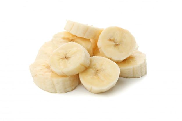 Банановые ломтики изолированы. свежие фрукты