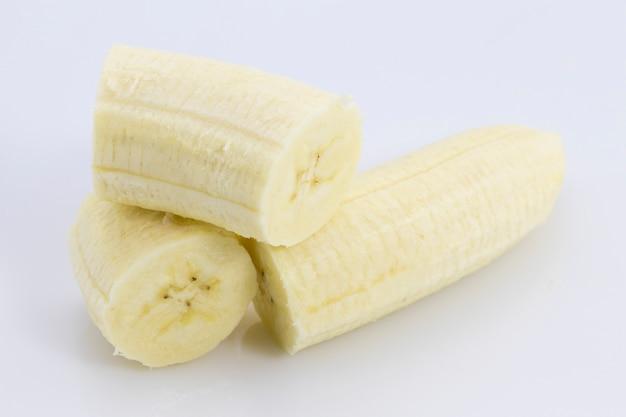 白い背景で隔離のバナナスライス