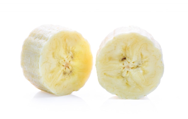 Банановые ломтики, изолированные на белой поверхности