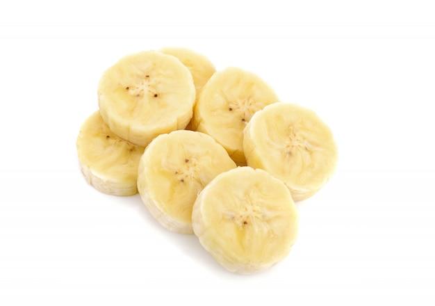 Банановые ломтики, изолированные на белом