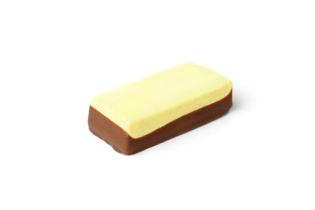 흰색 배경에 격리된 달콤한 초콜릿에 바나나 수플레.