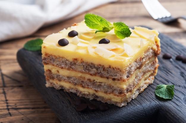견과류와 초콜릿 방울이 있는 바나나 스폰지 케이크. 차, 나무 배경을 위한 맛있는 달콤한 디저트.