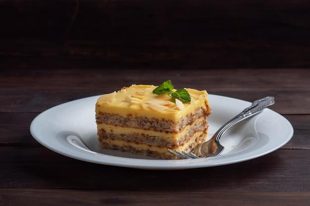 견과류와 민트 바나나 스폰지 케이크. 차에 대한 맛있는 달콤한 디저트 어두운 나무.