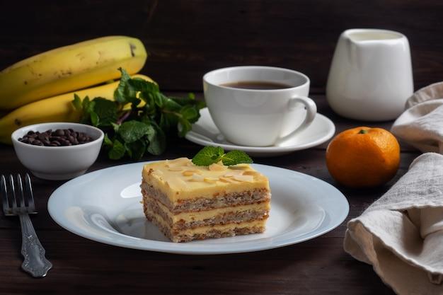 견과류와 민트 바나나 스폰지 케이크. 차를위한 맛있는 달콤한 디저트
