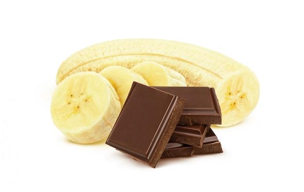 白い背景で隔離のチョコレートとバナナ