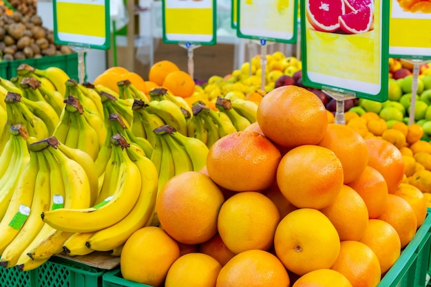 Бананы и апельсины в супермаркете, свежие фрукты