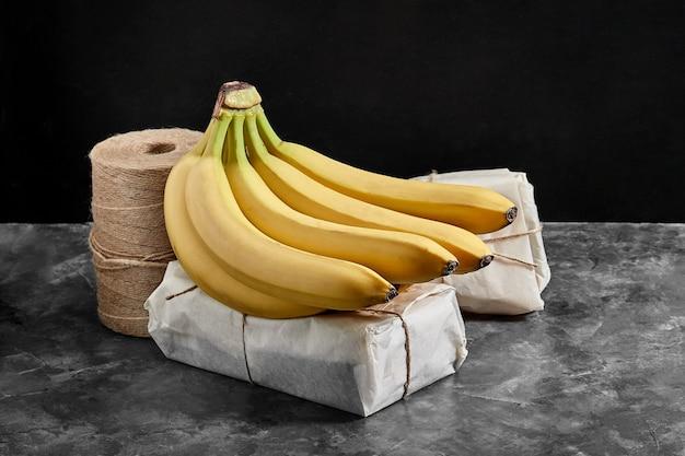 Бананы, изолированные на сером цементном столе