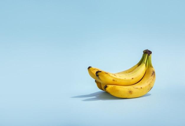 파란색 배경에 바나나