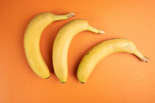 オレンジ色の表面にバナナ