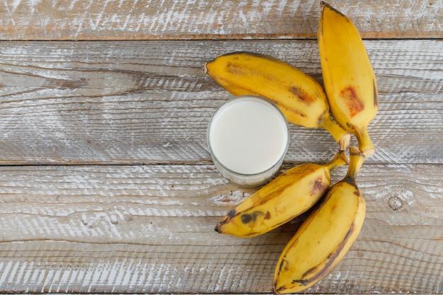Banane con latte su legno,