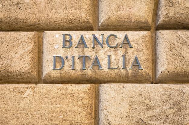 레체에 있는 연구소 입구에 가까운 오래된 벽에 있는 banca d'italia(이탈리아 은행) 텍스트