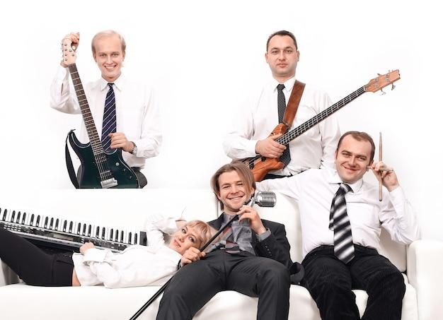 楽器を持ったミュージシャンのバンド。白い背景で隔離。コピースペースと写真