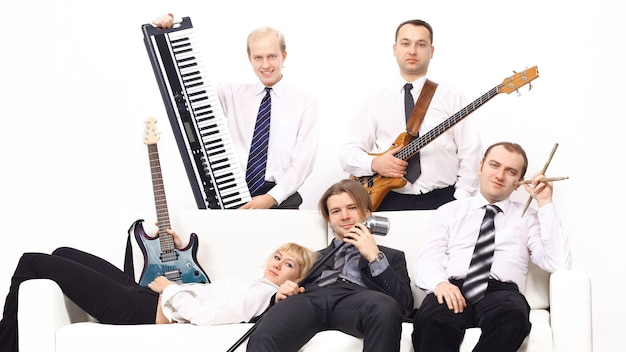 Группа музыкантов с инструментами, изолированные на белом фоне