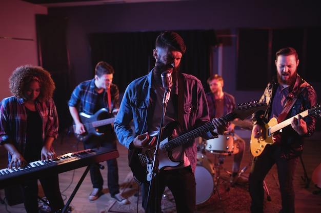 スタジオで演奏するバンド