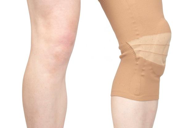 다리의 다친 무릎을 고정하기위한 붕대. 의학 및 스포츠. 사지 부상 치료