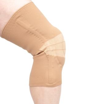 다리의 다친 무릎을 고정하기위한 붕대. 의학 및 스포츠