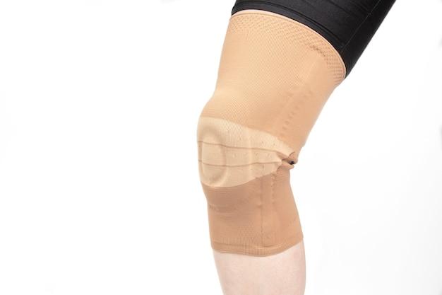 다리의 다친 무릎을 고정하기위한 붕대.