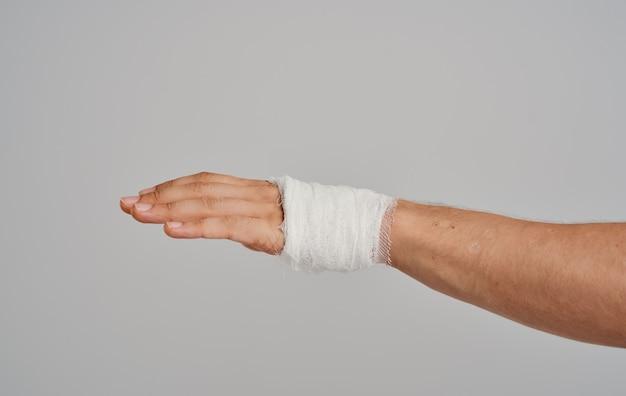 包帯を巻いた腕の健康問題患者の負傷スタジオ