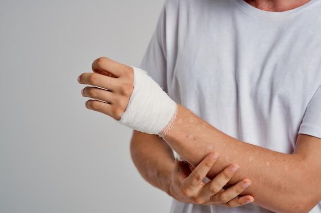 包帯を巻いた腕の健康上の問題、痛みによる怪我