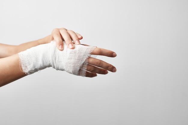 包帯を巻いた腕の怪我骨折の健康問題の治療