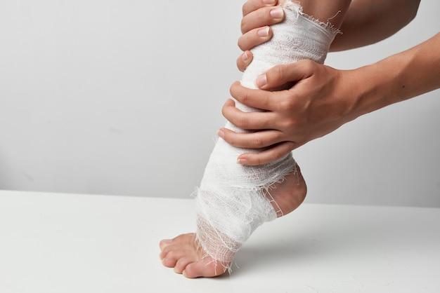 包帯を巻いた脚の健康問題傷害薬