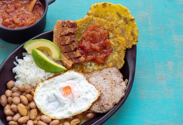반데 자 파 이사. 안데스 지역의 전형적인 콜롬비아 음식. 콜롬비아 음식의 개념. 공간을 복사하십시오.