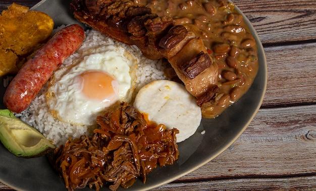 콜롬비아의 대표적인 요리 인 반데 자 파 이사.