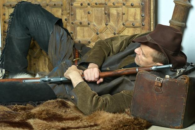 카펫에 와일드 웨스트에서 총을 든 산적