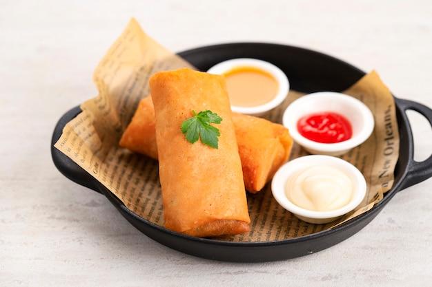 Бандунг, индонезия, 01022021: закройте домашние жареные традиционные индонезийские закуски lumpia, уличная еда комфорта. подается на семейный ужин китайского нового года (имлек)