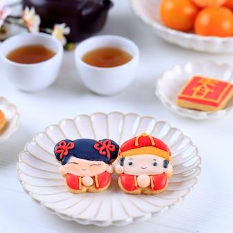 Бандунг, индонезия, 01122021: персонаж китайского новогоднего сахарного печенья имлек. китайский иероглиф «чун» означает «весна».