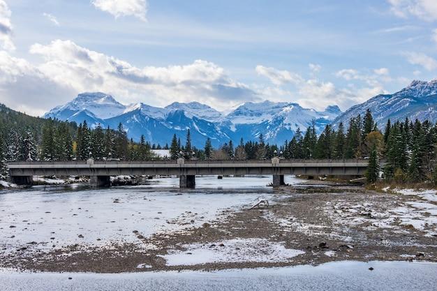 겨울에 활 강 위의 밴프 애비뉴 다리 밴프 국립 공원 캐나다 로키 산맥 캐나다