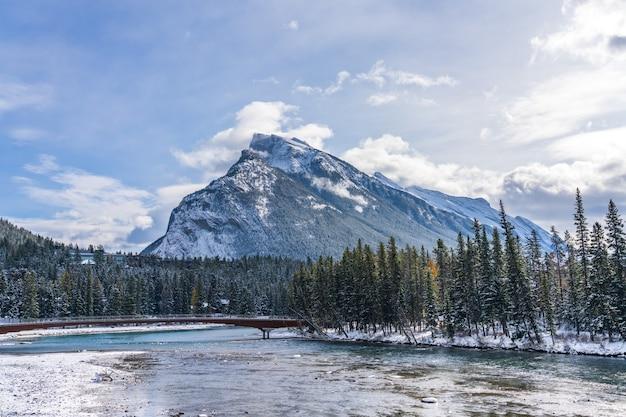 밴프 국립 공원의 아름다운 풍경 겨울 캐나다 로키 산맥의 눈 덮인 마운트 런들
