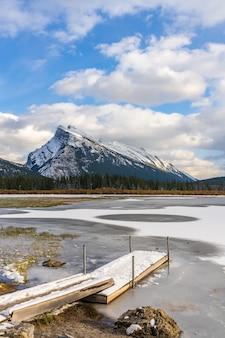 밴프 국립 공원 아름다운 풍경 주홍 겨울에 얼어 붙은 호수 캐나다 로키 산맥 캐나다 프리미엄 사진