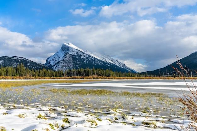 밴프 국립 공원 아름다운 풍경 주홍 겨울에 얼어 붙은 호수 캐나다 로키 산맥 캐나다