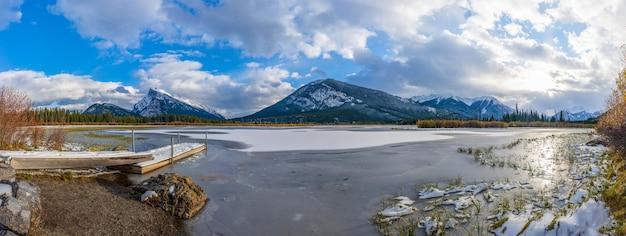 밴프 국립 공원 겨울 캐나다 로키 산맥에서 얼어 붙은 아름다운 풍경 주홍색 호수