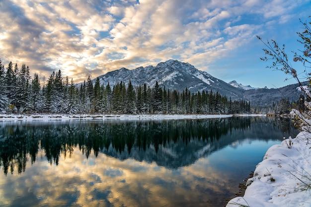 밴프 국립공원(banff national park) 겨울 일몰 시간에 화려한 구름이 있는 노퀘이 산(mount norquay)의 아름다운 풍경