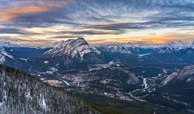 겨울 황혼 캐스케이드 산과 주변 캐나다 로키 캐나다의 밴프 국립 공원