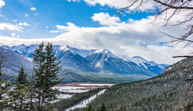 겨울 주홍 호수와 캐나다 로키 산맥 캐나다의 밴프 국립 공원 풍경