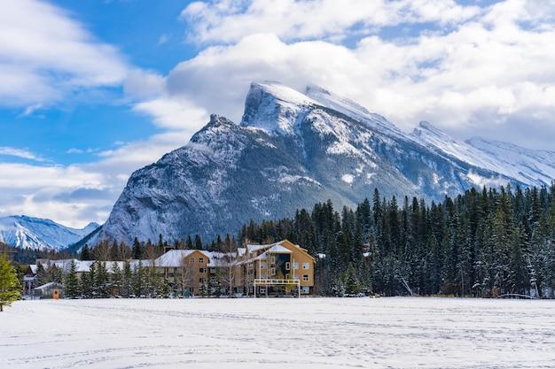 눈 덮인 겨울의 밴프 휴양지. 밴프 국립공원, 캐나다 로키산맥, 캐나다 앨버타주.