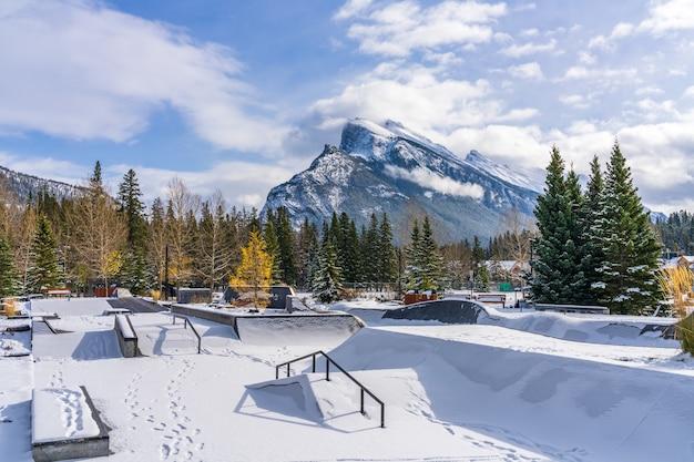 눈 덮인 겨울의 밴프 스케이트보드 공원. 밴프 국립공원, 캐나다 로키산맥, 캐나다 앨버타주.