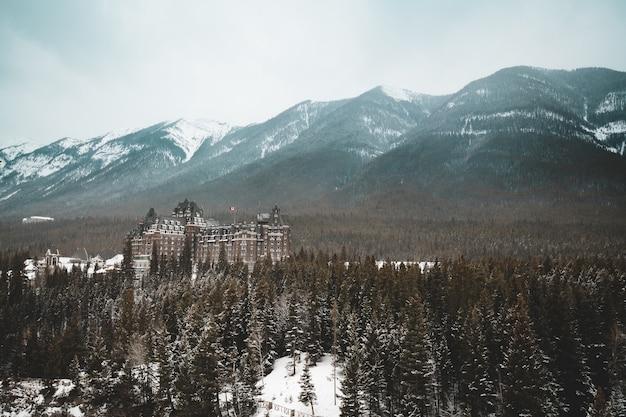 カナダ、アルバータ州のバンフスプリングスホテルとカナディアンロッケイ山