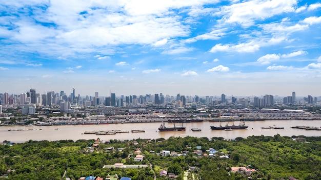 バンコクのスカイラインの空撮とbang krachaoの緑地帯からのチャオプラヤー川の眺め