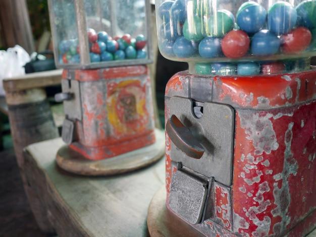タイのバンコクのbang nam pheung市場でビンテージの自動販売機からのおもちゃ
