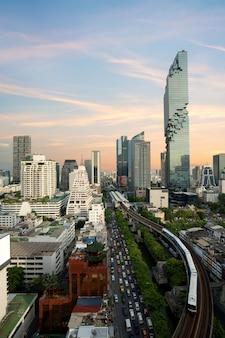 バンコク、タイのトップビューから近代的なビジネスビルと日没前にバンコク。