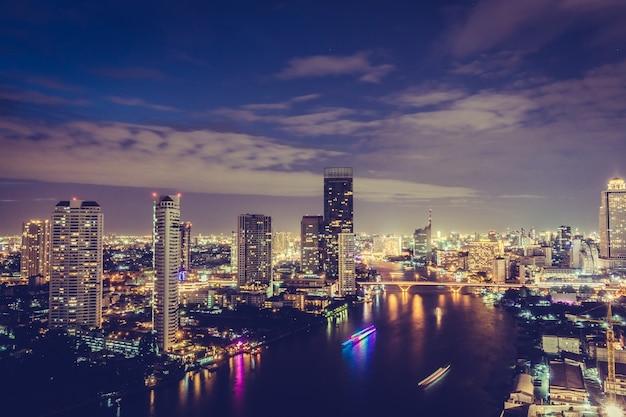 夜のバンコク市内
